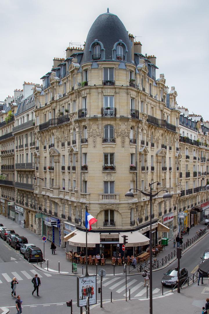 Typisches Pariser Eckhaus Av. Domesnil Paris FRA