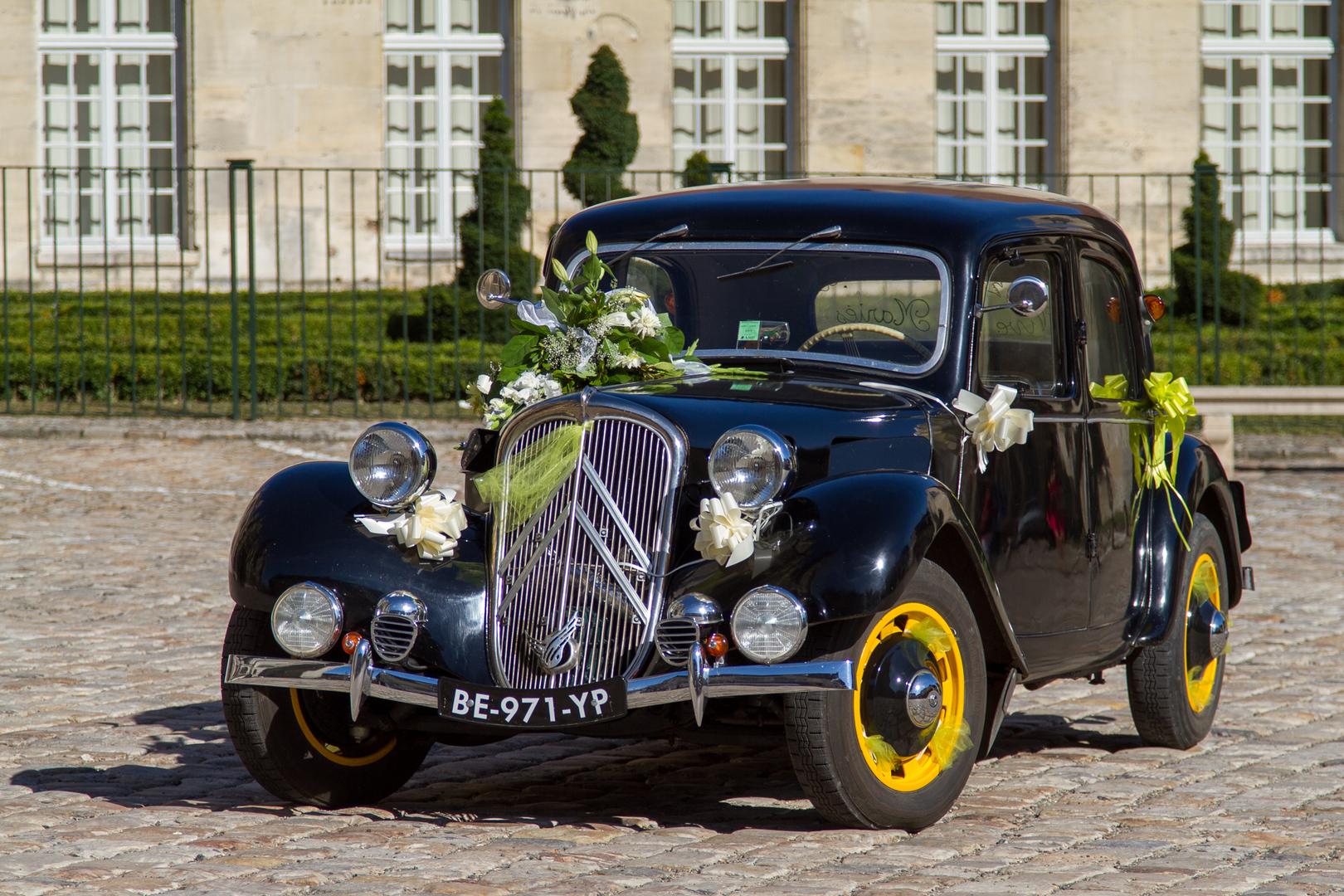 Alter Citroen als Hochzeitsmobil vor dem Mairie von Senlis FRA